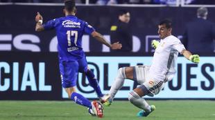Nahuel Guzmán en la jugada con Méndez.
