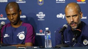 Fernandinho, uno de los jugadores presentes en el caso, comparte rueda...