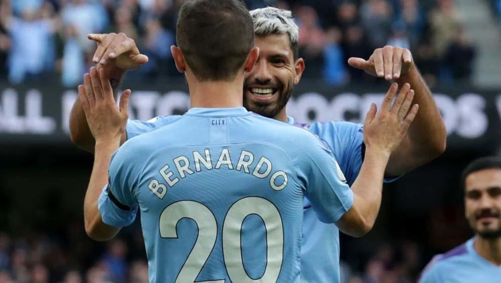 Bernardo y Agüero celebrando un gol.