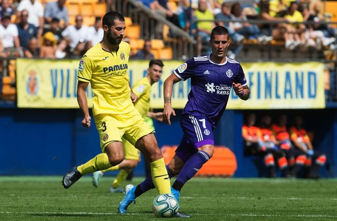 Raúl Albiol conduce el balón ante la mirada del jugador de Sergi...