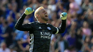 Schmeichel celebra el triunfo del Leicester.