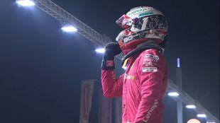 Charles Leclerc celebra su pole en Singapur.