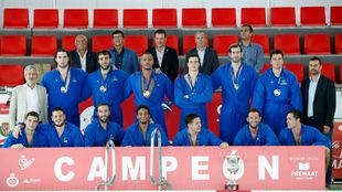 Los jugadores se hacen la foto de campeones con la Supercopa.