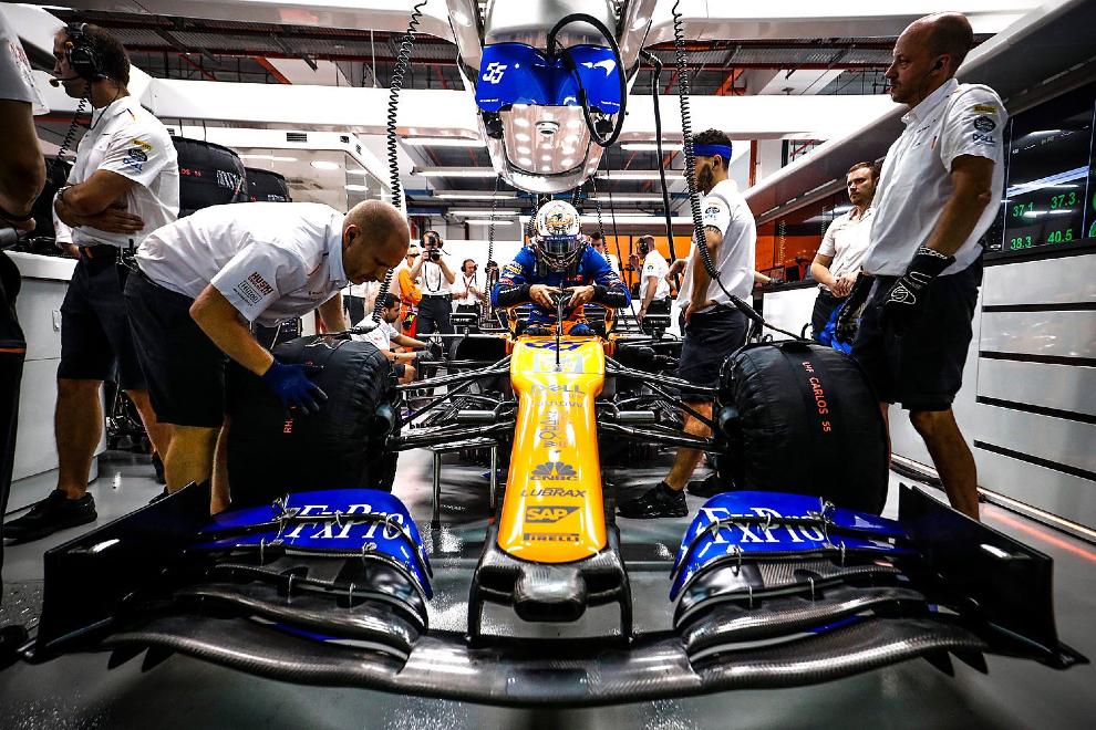 Carlos Sainz se sube a su McLaren en Singapur.
