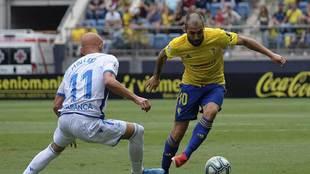 Alberto Perea conduce el balón ante el deportivista Mollejo