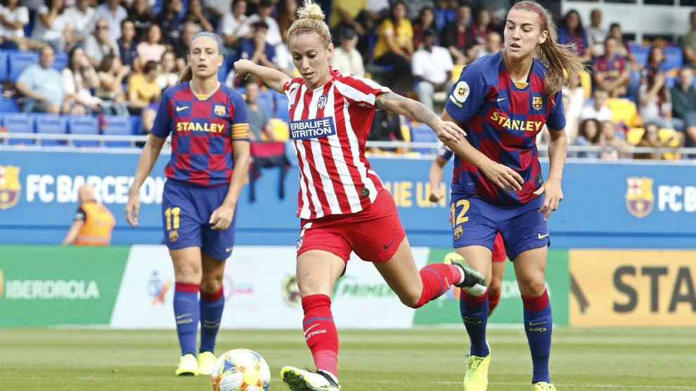 Lance del partido entre Barcelona y Atlético e Madrid en el Estadi...