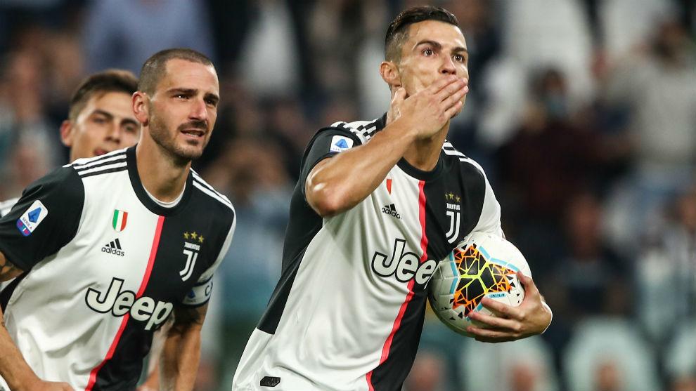 Cristiano Ronaldo (34) celebra su gol de penalti ante el Hellas...