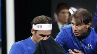 Rafa Nadal aconseja a Roger Federer en los descansos de la Laver Cup