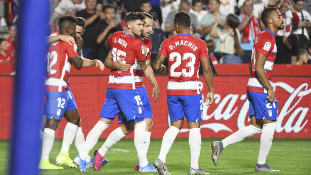 Los jugadores del Granada celebran el 1-0 de Azeev ante el Barcelona.