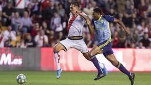 Leo Ulloa se marcha de Owona, pero no pudo completar con gol la jugada