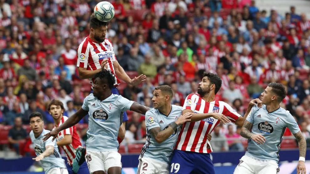 Felipe remata un balón de cabeza ante el Celta.
