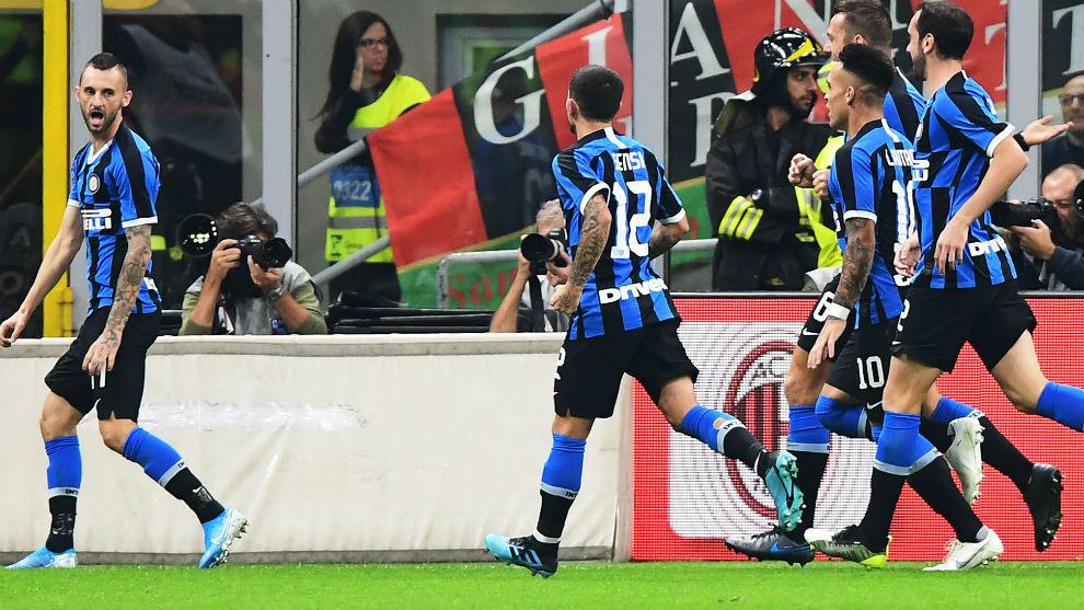 Los jugadores del Milan celebran el gol de Brozovic (26).