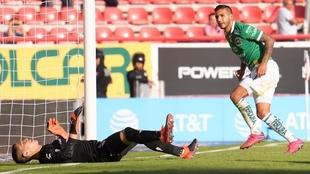 Ismael Sosa celebrando un gol ante el Necaxa.