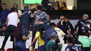 Aficionados discutiendo en el Estadio Azteca.