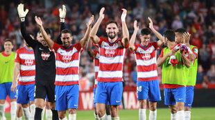 Los jugadores del Granada celebran con la afición la victoria ante el...