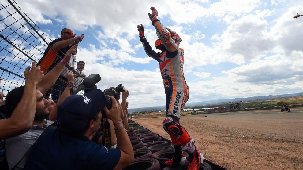 Marc Márquez celebra su victoria en Aragón.