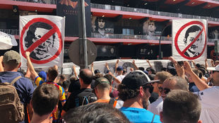 Protestas de aficionados con carteles en contra de Lim y Murthy.