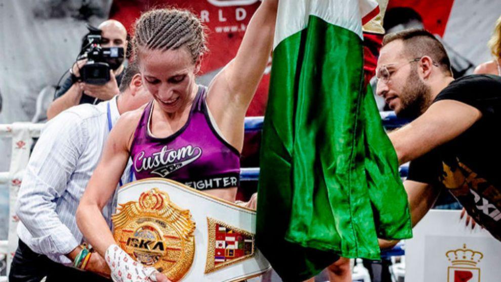 Cristina Morales con su título mundial.