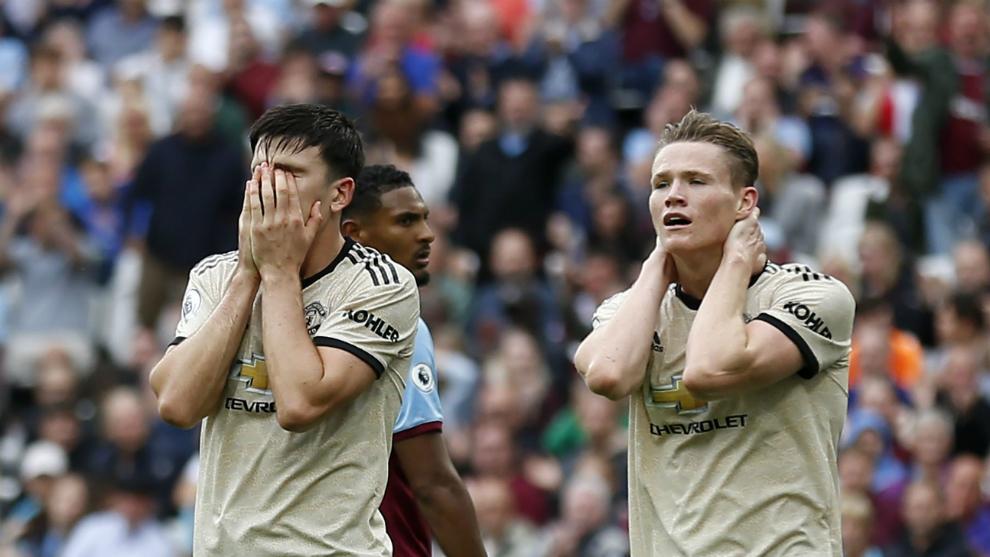 Maguire y McTominay se lamentan al encajar un gol del West Ham