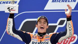 Márquez, exultante, en el podio.