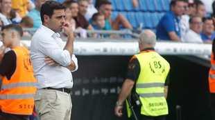 Gallego, pensativo, durante el encuentro contra la Real Sociedad.