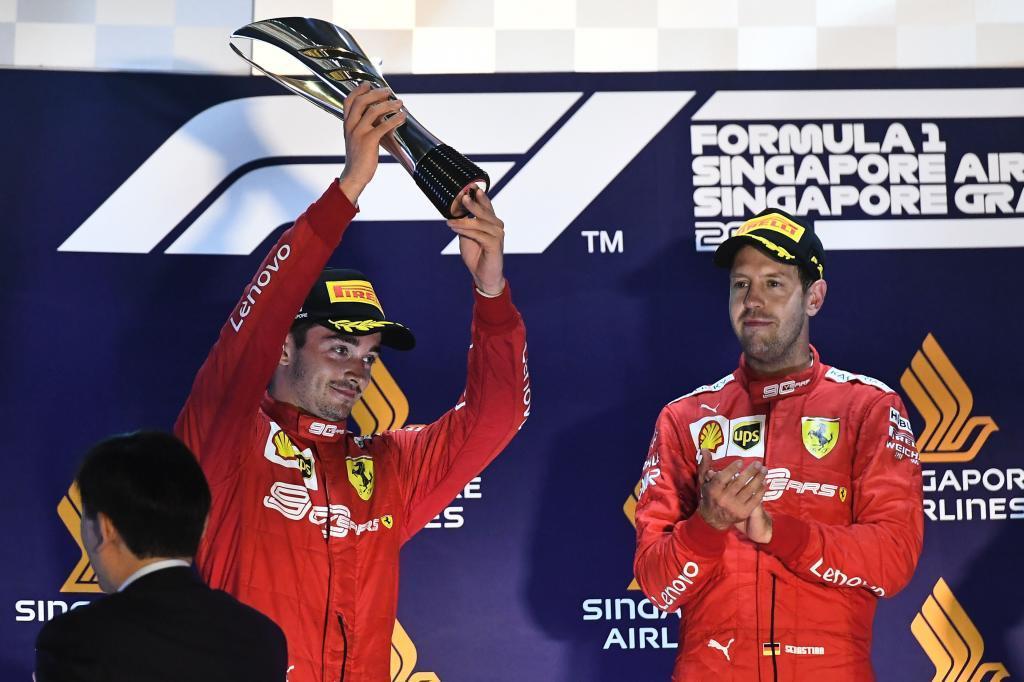 Leclerc, recogiendo el trofeo de segundo clasificado en Singapur.