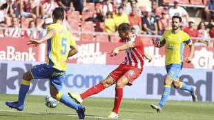 Stuani, autor del gol de penalti, dispara a puerta ante Mantovani