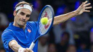 Federer pega de revés