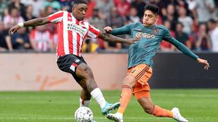 Edson Álvarez disputando un balón ante el PSV.