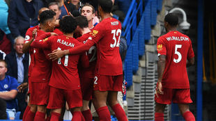 Los jugadores del Liverpool celebran el gol de Alexnader-Arnold (20).