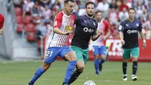 Álvaro Traver conduce el balón en el partido ante el Racing