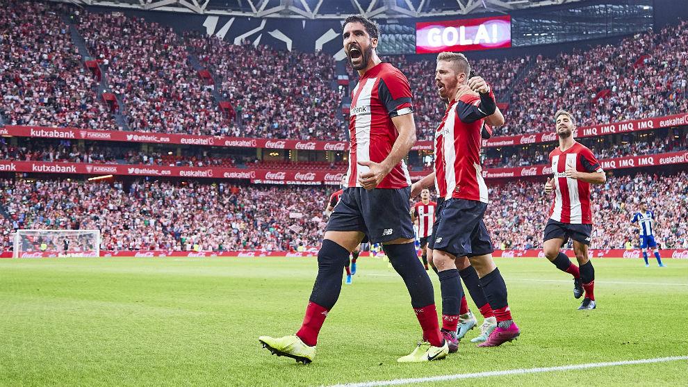 Raúl García celebra su gol de penalti al Alavés.