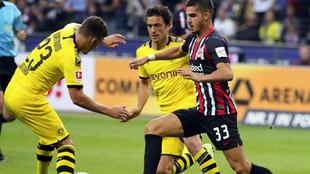 André Silva pugna por el balón junto a dos rivales
