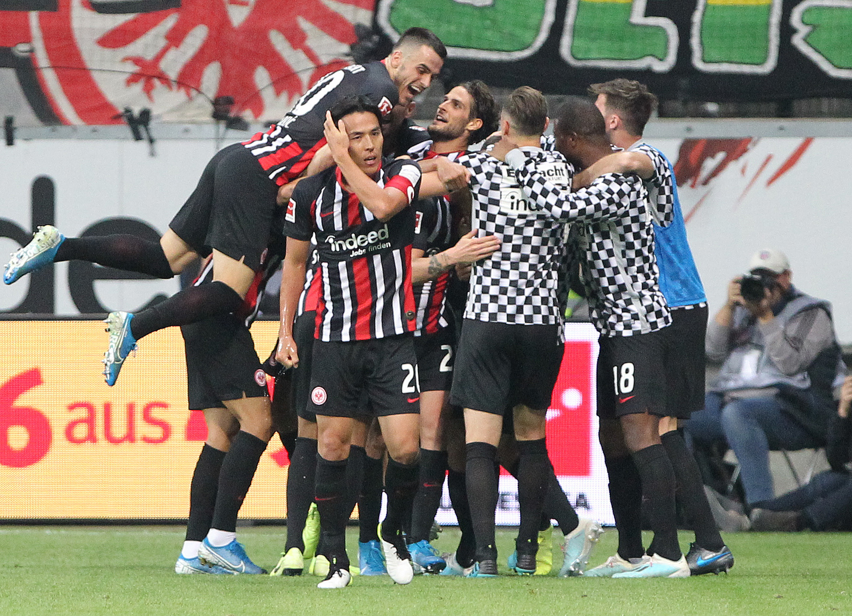 Frankfurts team celebrates the 2-2 during the German first division Bundesliga football match <HIT>Eintracht</HIT> Frankfurt vs Borussia Dortmund in Frankfurt, central Germany on September 22, 2019. (Photo by Daniel ROLAND / AFP) / RESTRICTIONS: DFL REGULATIONS PROHIBIT ANY USE OF PHOTOGRAPHS AS IMAGE SEQUENCES AND/OR QUASI-VIDEO