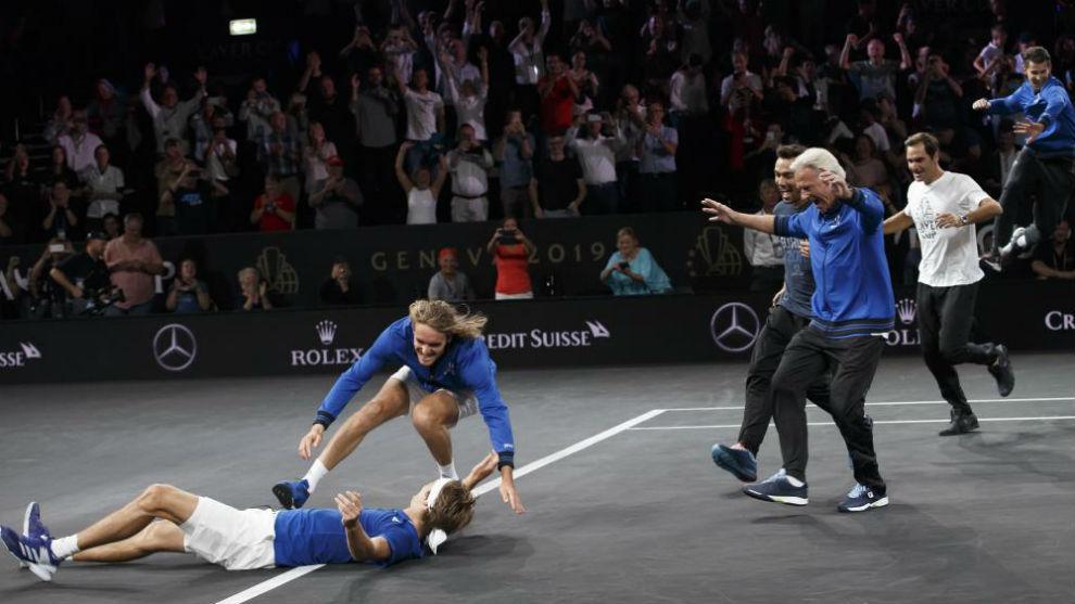 Zverev tumbado en el suelo ante la celebración del resto de sus...
