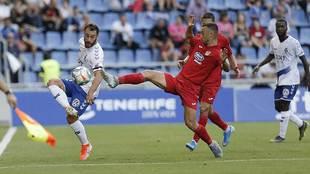 Malbasic intenta controlar el balón ante la presión de la defensa...