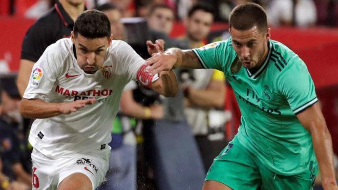 Hazard presiona a Jesús Navas en el Pizjuán.