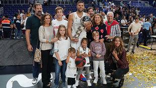 Felipe Reyes junto a su familia tras ganar la Supercopa