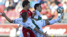 Danilo despeja el balón estirando la pierna ante Guillermo.