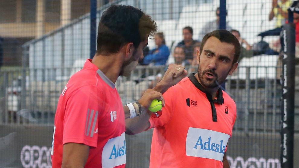 Ale Galán y Pablo Lima se saludan durante un partido en Portugal.