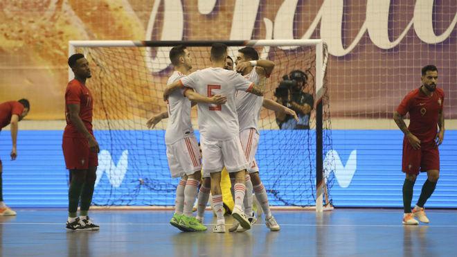 Los jugadores españoles celebran uno de los goles.