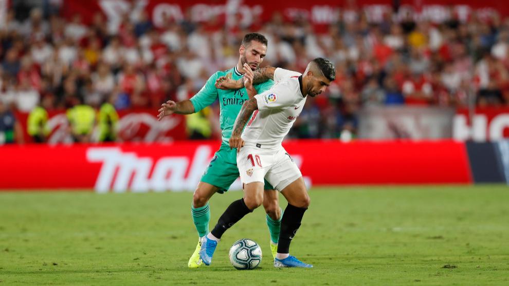 Banega, defendido por Carvajal en una acción del Sevilla-Madrid.