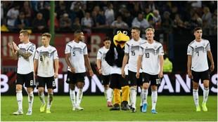 Los jugadores de Alemania se marchan cabizbajos tras perder con...
