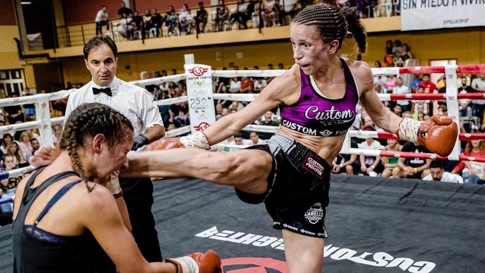 Cristina Morales lanza su potente high kick a la belga Ahrou