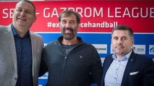 Vujovic, en el centro, en su presentación como nuevo entrenador del...