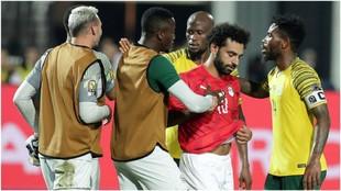 Los jugadores de Sudáfrica tratan de consolar a Salah.