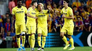 Cazorla felicitado por sus compañeros tras marcar en el Camp Nou.