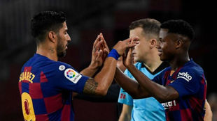 Momento del cambio entre Suárez y Ansu Fati.