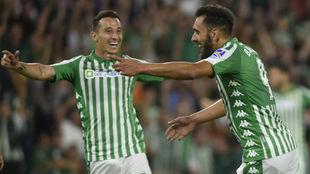 Guardado, celebrando un gol con Borja Iglesias