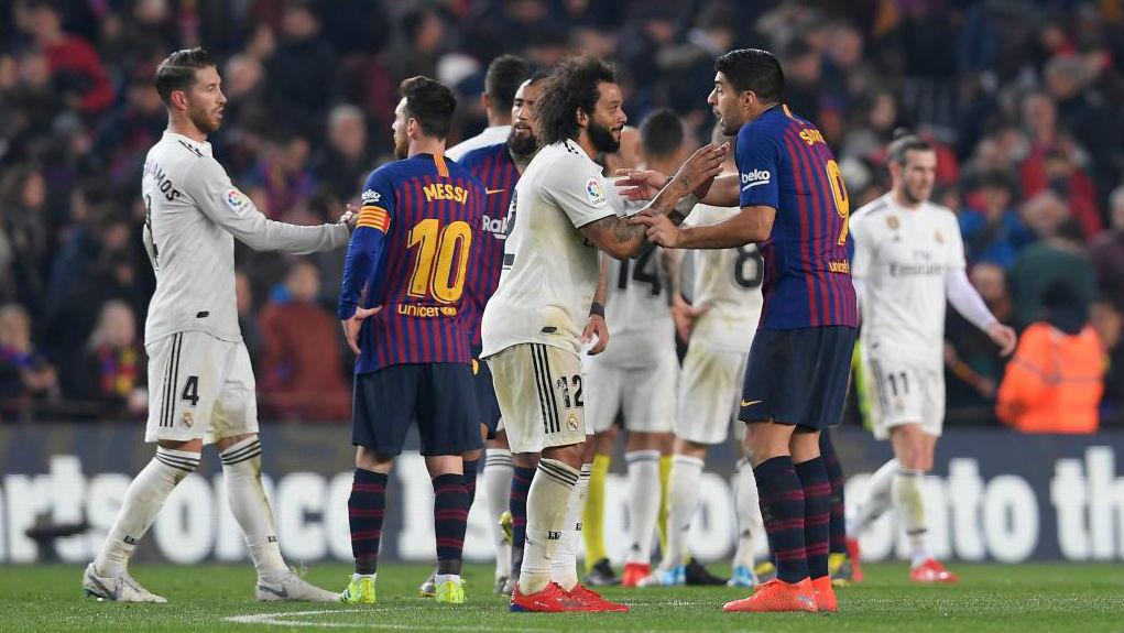 Marcelo y Luis Suárez discuten durante el último Clásico jugado en...